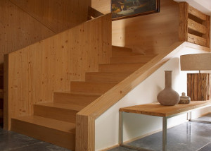 escalera-madera-pasamanos-diseno
